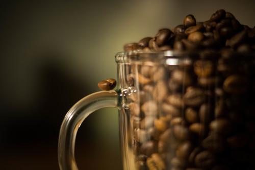 Kaffeebohnen im Glasbecher