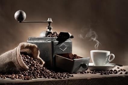 Kaffeemühle mit Kaffeebohnen und gemahlenem Kaffee