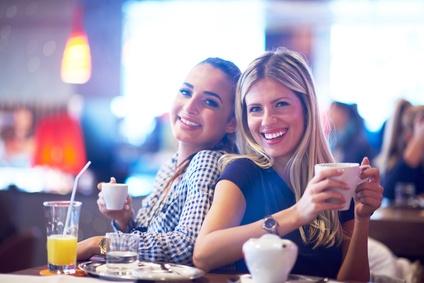 Freundinnen trinken gemeinsam Kaffee