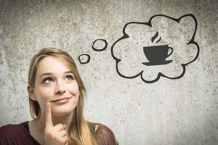 Junge Frau denkt über Kaffee nach