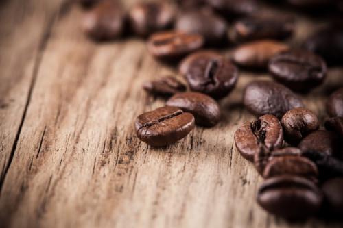 Kaffeebohnen auf Holzuntergrund