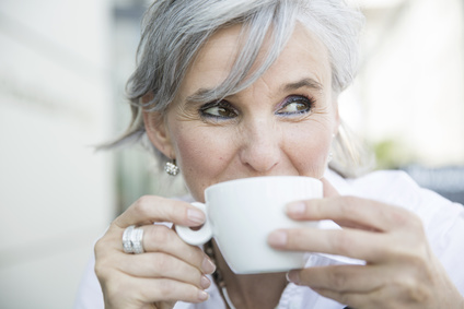 Gesunde ältere Frau mit Kaffeetasse