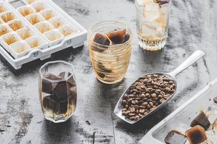 Eisgekühlter hausgemachter Kaffee mit Eiswürfeln serviert in einem Glas