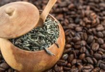 Kaffee oder Tee - Grüner Tee und Kaffeebohnen