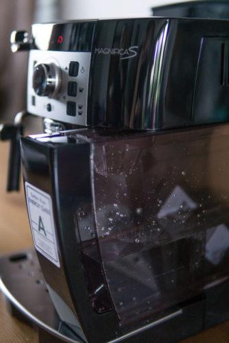 Wassertank des Kaffeevollautomat  mit Wasser gefüllt.