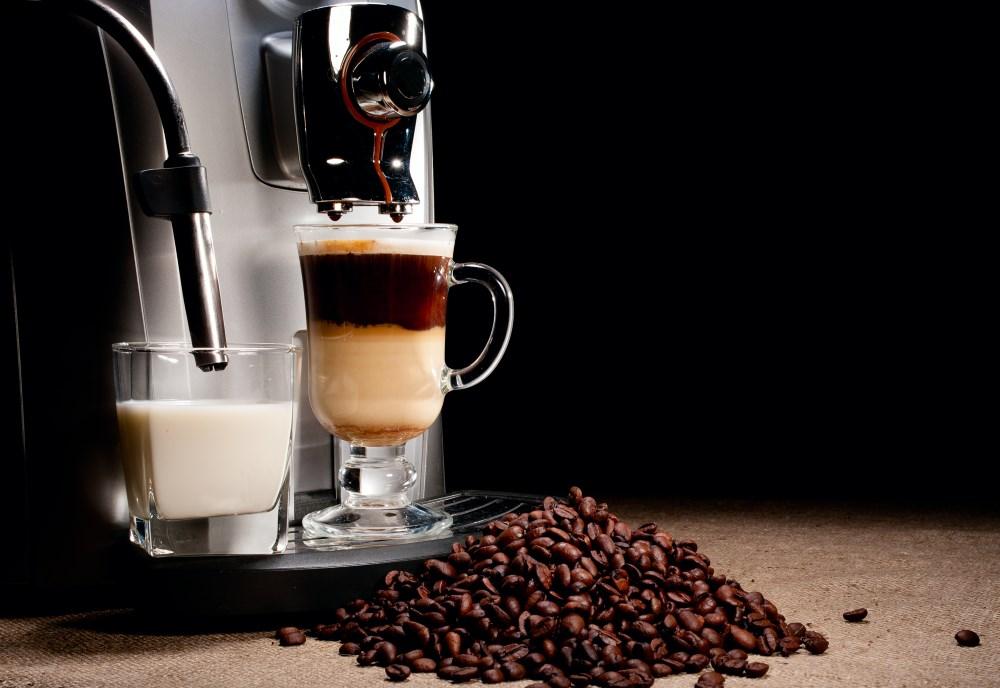 Kaffeevollautomat mit Bohnen