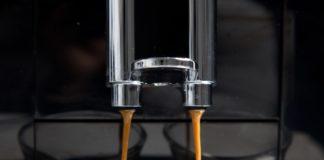 affeevollautomaten Kauf Ratgeber hier fliest Kaffee aus dem Kaffeevollautomaten